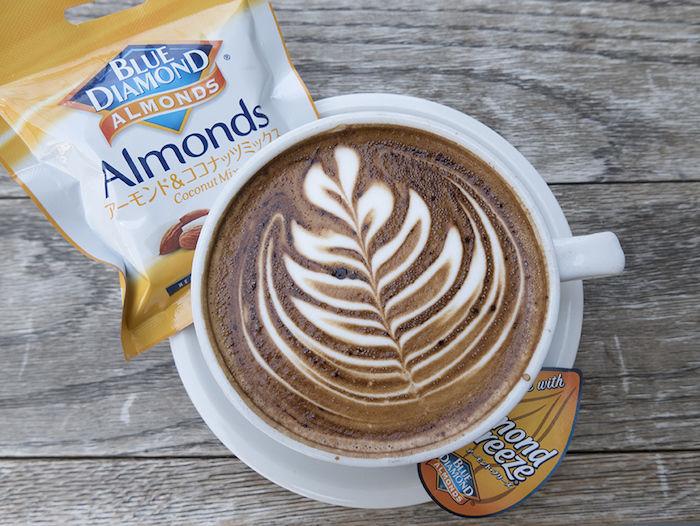 STREAMER COFFEE、新商品アーモンドミルクラテが登場! food170917_streamercoffee_1-700x526