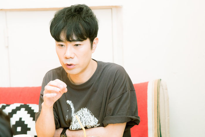 【インタビュー】藤井隆、「芸人」という核を持ちながら音楽でも才能を発揮するエンターテイナーの魅力に迫る takashifujii_11-700x467
