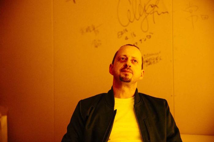 【インタビュー】〈Hyperdub〉主宰・Kode9。ゲームミュージックの歴史を紐解く『DIGGIN IN THE CARTS』を語る kode9-feature1-700x467