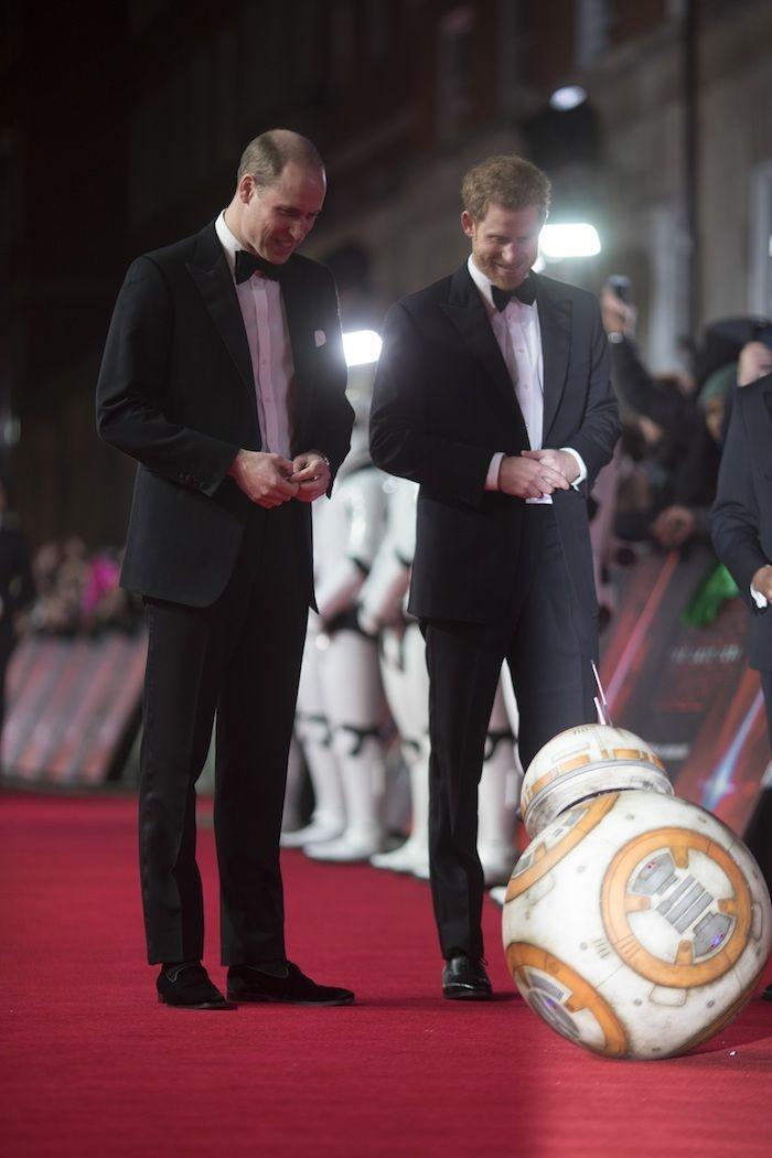 『スター・ウォーズ/最後のジェダイ』ウィリアム王子とヘンリー王子、BB−8に出迎えられ登場!超豪華ロンドンプレミア開催! 14e6cf6742de1ada9d2add9fbb9abd06-700x1050