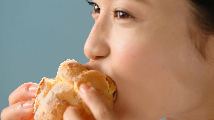 小島瑠璃子がシュークリームにがぶり!とろっとクリーム、溢れ出す! food171227_beardpapa_3-700x394