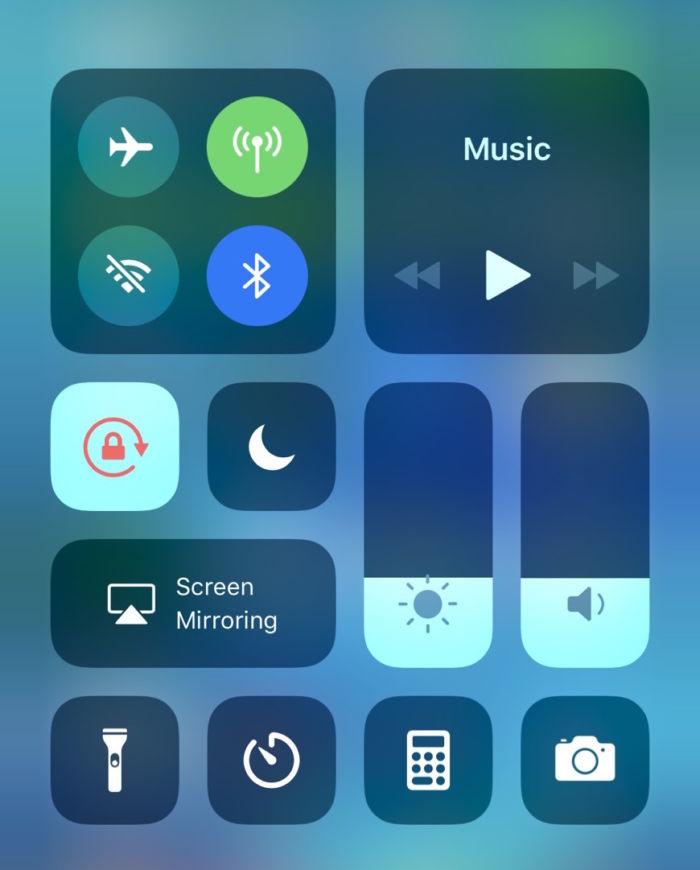 【iPhone Xの疑問解消】Wi-Fi&Bluetoothを完全にオフにする方法 technology171206_ios11-controlcenter_3-700x870