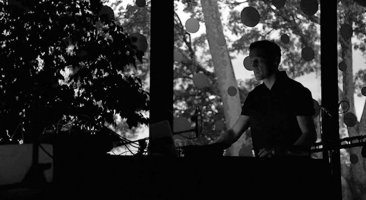 坂本龍一×アルヴァ・ノト即興演奏『Glass』がリリース!舞台は草間彌生が装飾した「グラスハウス」 music180215_sakamotoryuichi_3-1200x658