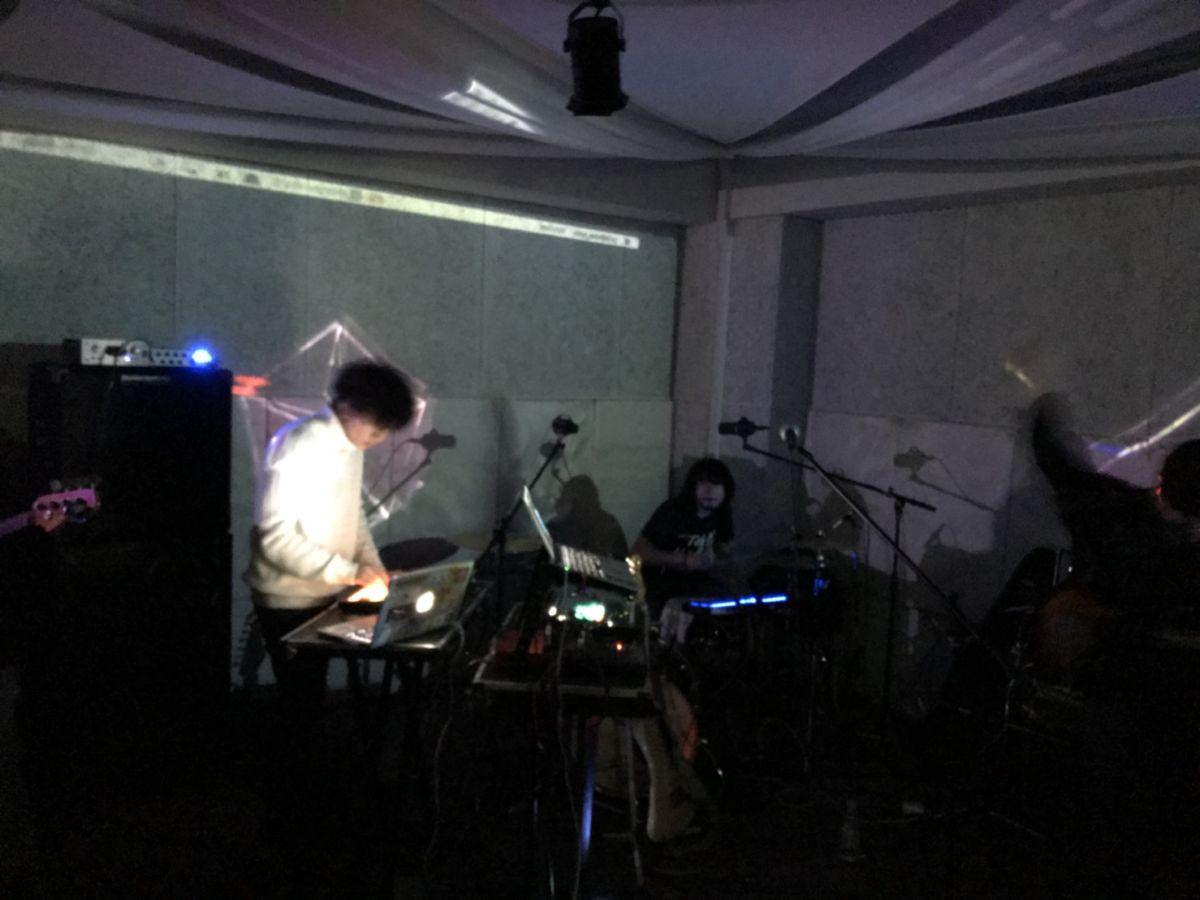 <W.O.O>出演の新鋭バンドが捉える、カルチャーと音楽の関係性 ravenknee2-1200x900