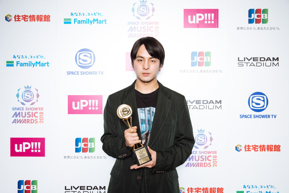 yahyelや映像監督で活躍するdutch_tokyoこと山田健人が<SPACE SHOWER MUSIC AWARDS 2018>でBEST VIDEO DIRECTORを受賞! music180302-dutch-tokyo-spaceshower-1-1200x800