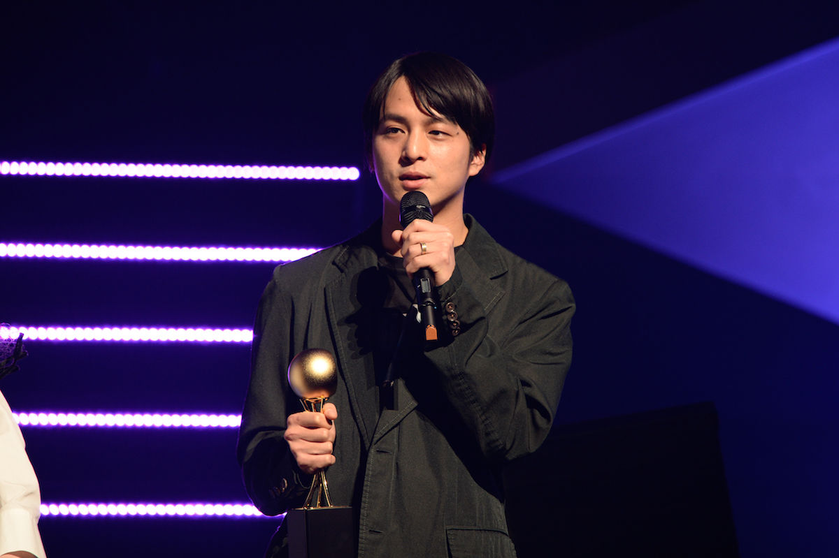 yahyelや映像監督で活躍するdutch_tokyoこと山田健人が<SPACE SHOWER MUSIC AWARDS 2018>でBEST VIDEO DIRECTORを受賞! music180302-dutch-tokyo-spaceshower-3-1200x799