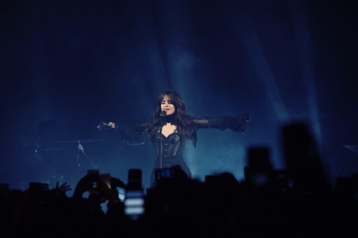 カミラ・カベロ、セクシーな黒のロングドレスで登場!LAを魅了、ヤング・サグとのヒット曲「Havana」も披露! music180416_camilacabello_3-1200x800