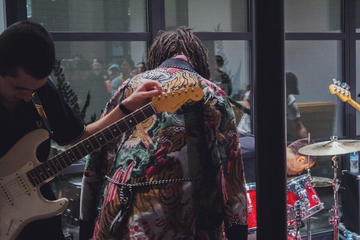 【フォトレポ】コスモ・パイクがFRED PERRY SHOP TOKYOをサウス・ロンドンの空気で包み込む!ザ・リバティーンズとも共鳴するロンドンの現在 music_cosmopyke_4-1200x800