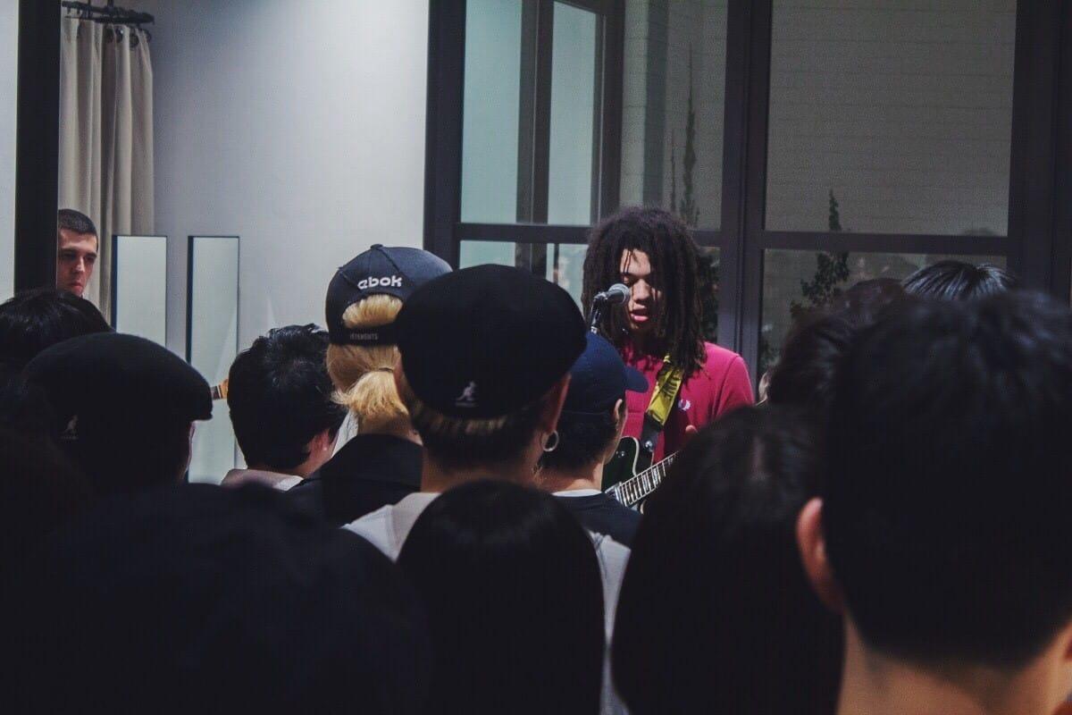 【フォトレポ】コスモ・パイクがFRED PERRY SHOP TOKYOをサウス・ロンドンの空気で包み込む!ザ・リバティーンズとも共鳴するロンドンの現在 music_cosmopyke_9-1200x800