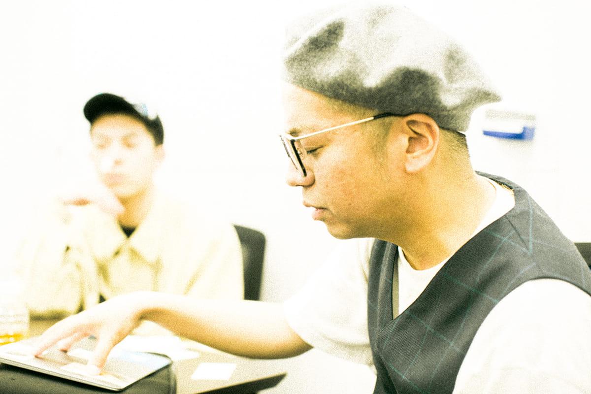 【インタビュー】ヒップホップグループ踊Foot Works=ヴェイパーウェイブ?レーベルQ2所属のきっかけや新作アルバムについて 7G7A1680-1200x800