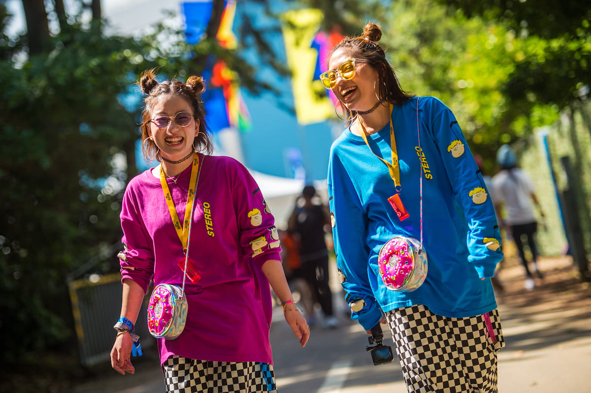 <EDC JAPAN 2018>ファッションスナップ:ツインズコーデ、シースルー、花冠が人気! fashion180514-electricdaisycarnival-japan-fashion_04-1200x799
