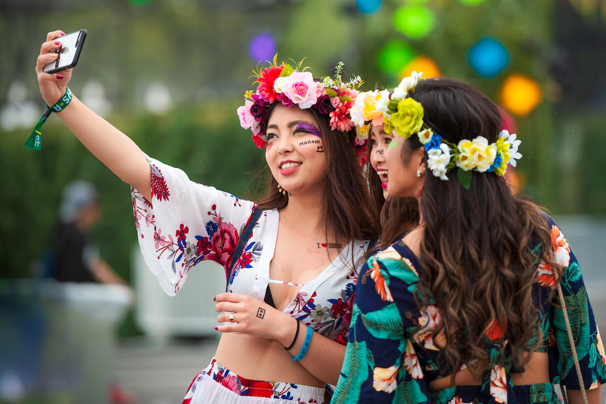 <EDC JAPAN 2018>ファッションスナップ:ツインズコーデ、シースルー、花冠が人気! fashion180514-electricdaisycarnival-japan-fashion_06-1200x799
