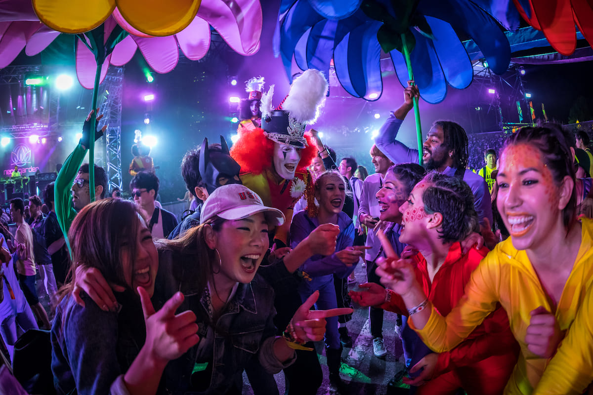 <EDC JAPAN 2018>ファッションスナップ:ツインズコーデ、シースルー、花冠が人気! fashion180514-electricdaisycarnival-japan-fashion_4-1200x800