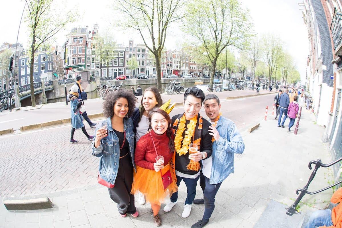 街中がオレンジに染まるアムステルダムのキングスデー。何やってもOKってどうゆうこと!? km-post73_Kingsday-submit-15-1200x800