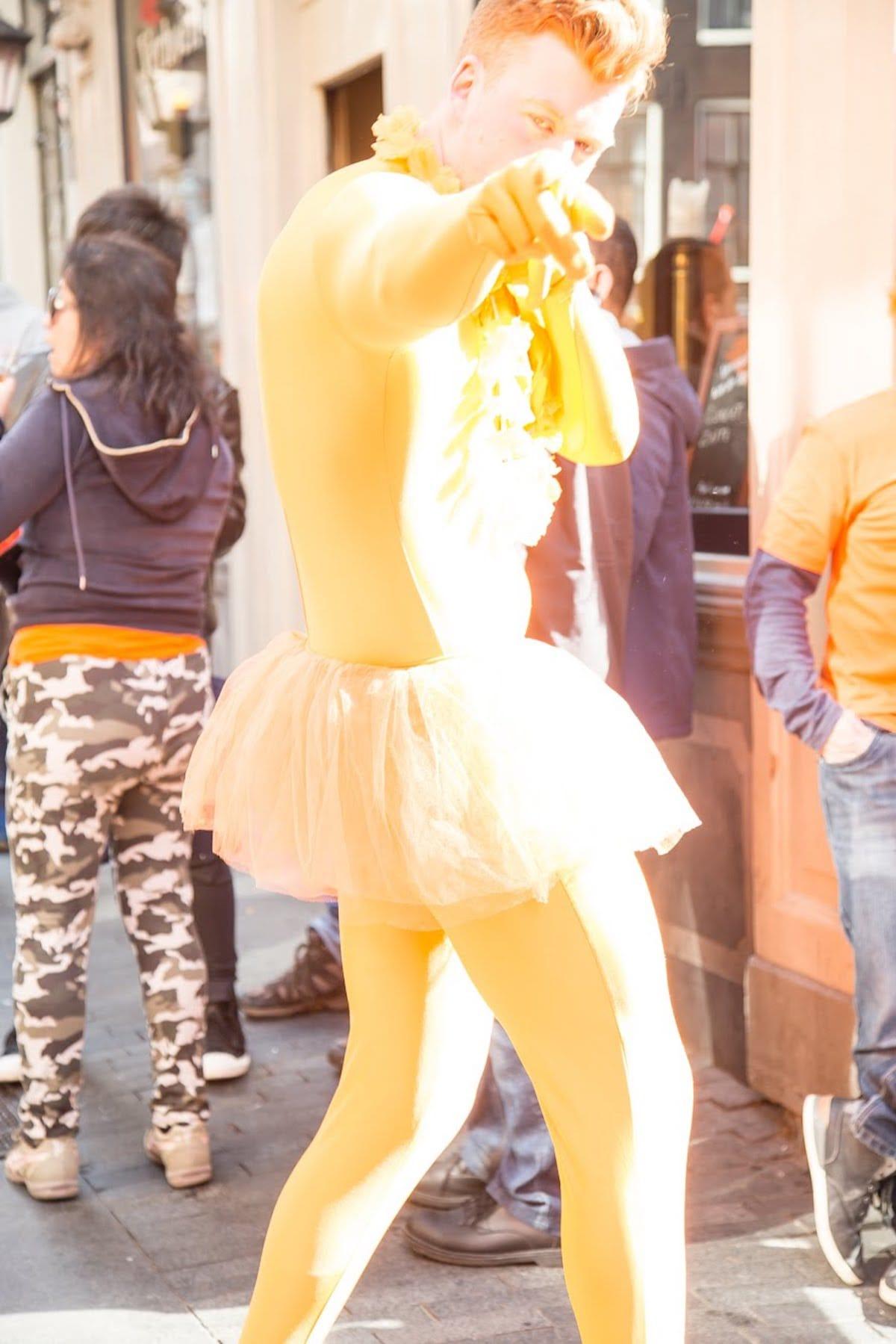 街中がオレンジに染まるアムステルダムのキングスデー。何やってもOKってどうゆうこと!? km-post73_Kingsday-submit-54-1200x1799