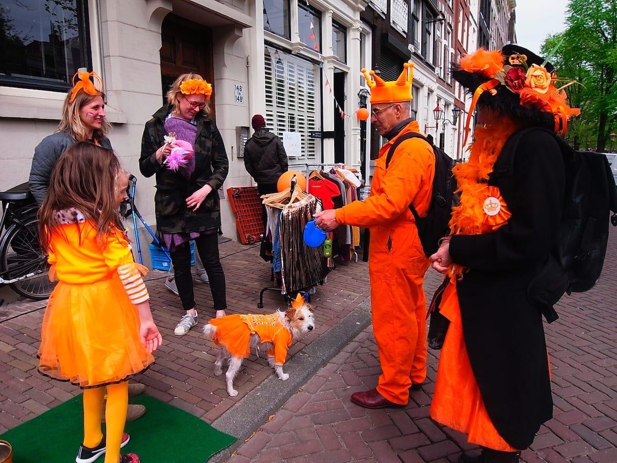 街中がオレンジに染まるアムステルダムのキングスデー。何やってもOKってどうゆうこと!? km-post73__1008801-1200x900