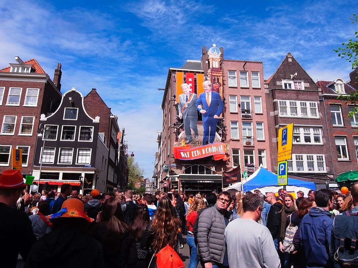 街中がオレンジに染まるアムステルダムのキングスデー。何やってもOKってどうゆうこと!? km-post73__1008802-1200x900