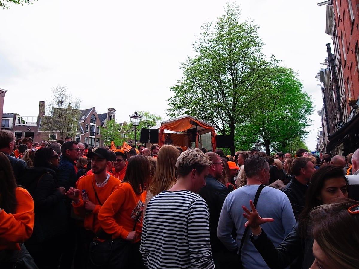 街中がオレンジに染まるアムステルダムのキングスデー。何やってもOKってどうゆうこと!? km-post73__1008809-1200x900