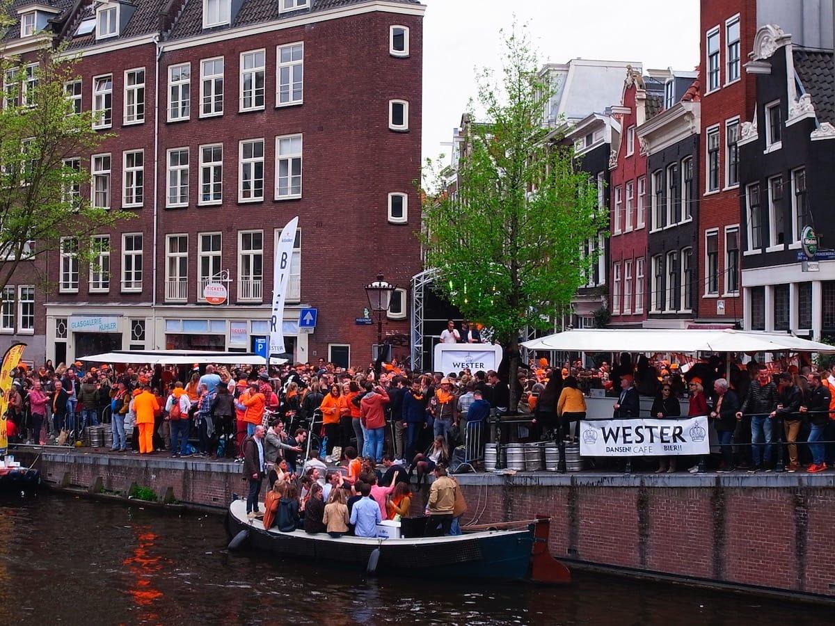 街中がオレンジに染まるアムステルダムのキングスデー。何やってもOKってどうゆうこと!? km-post73__1008812-1200x900