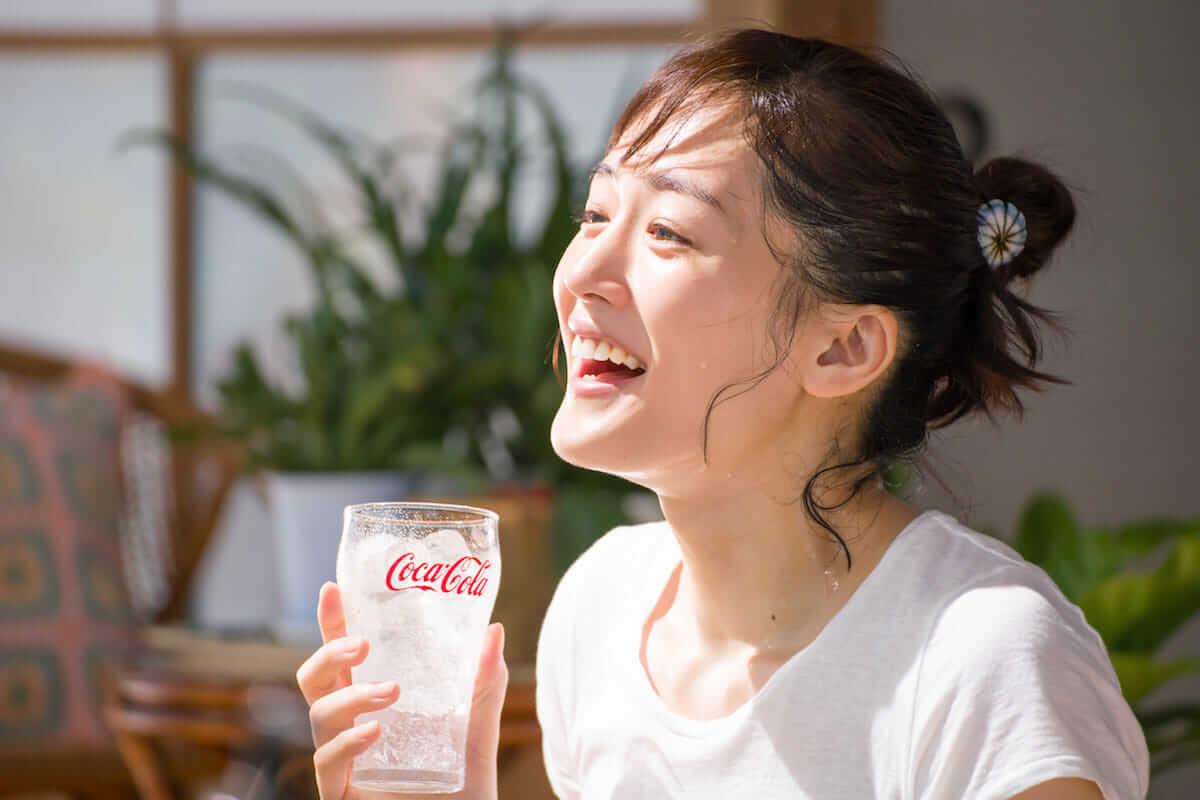 綾瀬はるか、透明感溢れるさわやか新CMが話題! food180611_cocacola-clear_4-1200x800