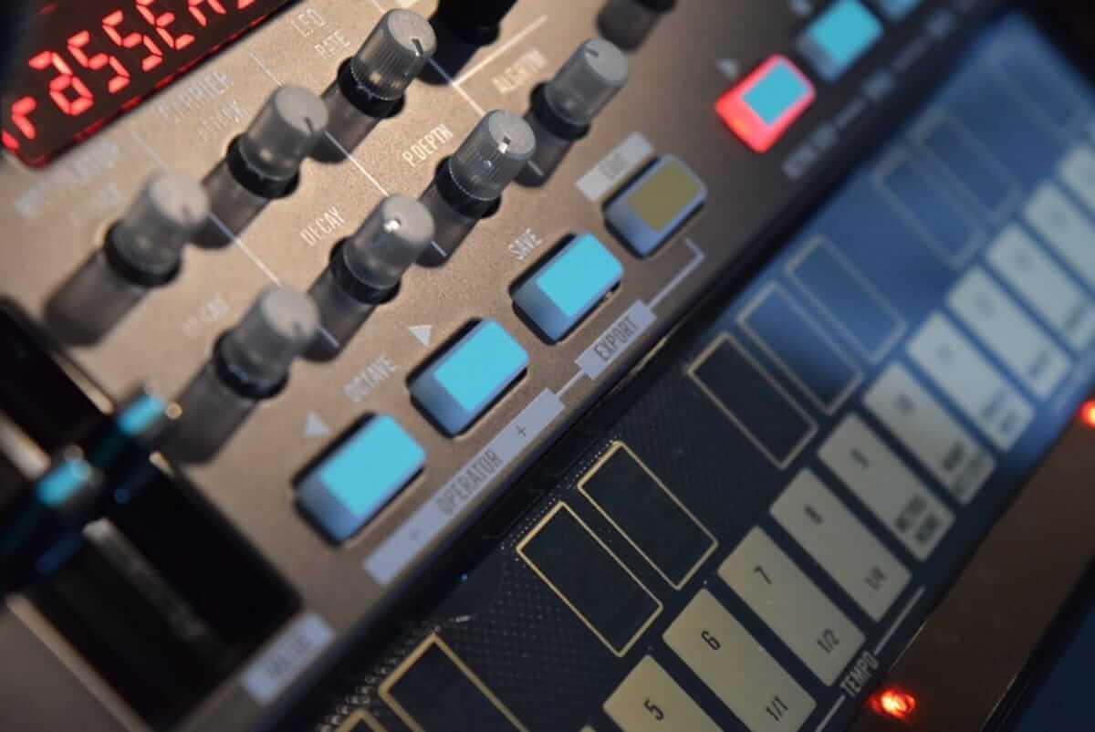80年代に一世を風靡したFM音源をコンパクト・サイズで気軽に楽しめる、KORG『volca fm』の魅力 technology180606_volcafm_3-1200x802