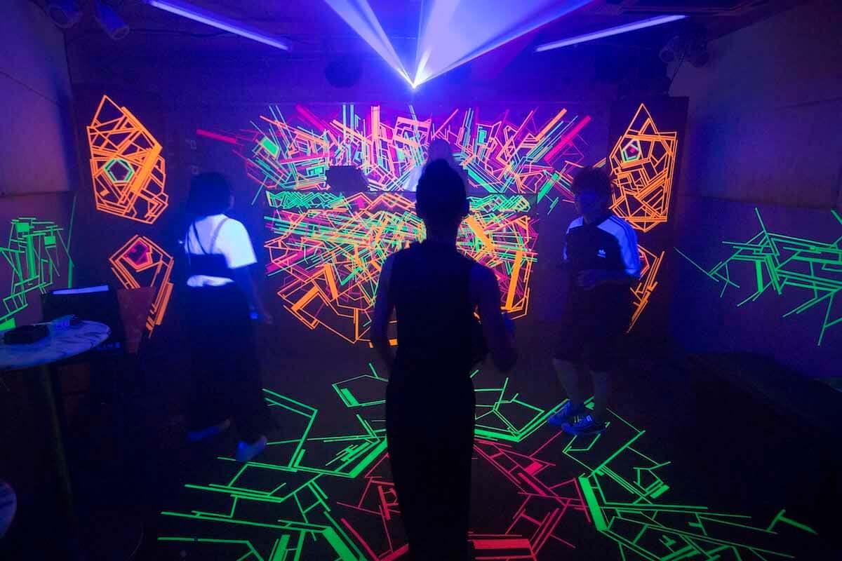 クラブの摘発に端を発した風営法問題をテーマにしたインスタレーションで話題となった新井健が個展を開催 art-culture180921-mesmesmes-2-1200x800