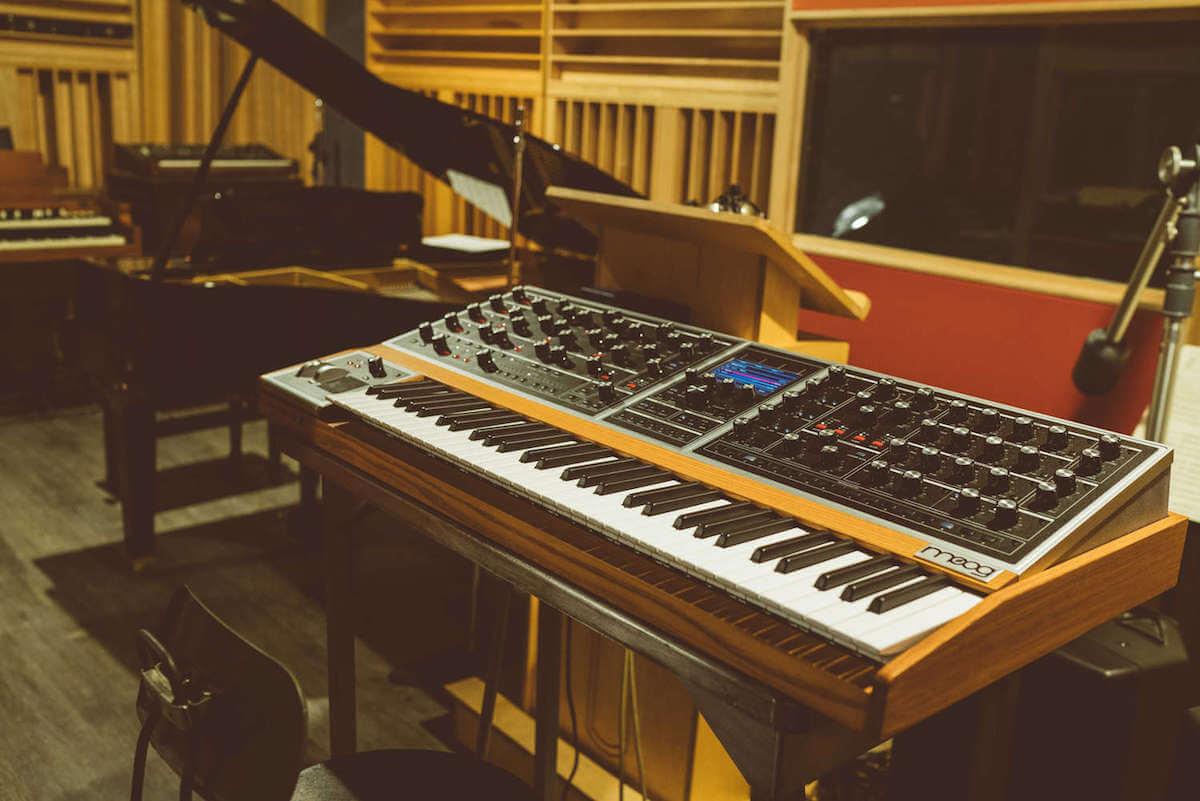 35年ぶり新ポリフォニックアナログシンセサイザー「Moog One」発表。紹介動画に坂本龍一、マーク・ロンソン、ロバート・グラスパーら豪華メンバー出演! music181009_moog-one_1-1200x801