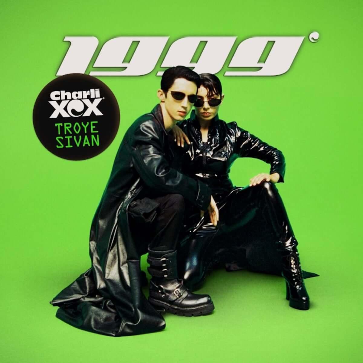チャーリーXCX&トロイ・シヴァンが90年代を象徴する人物のコスプレをするMV公開!エミネム、スティーブ・ジョブズ、映画『マトリックス』の再現も! music181012_charlixcx-troye-sivan_01-1200x1200