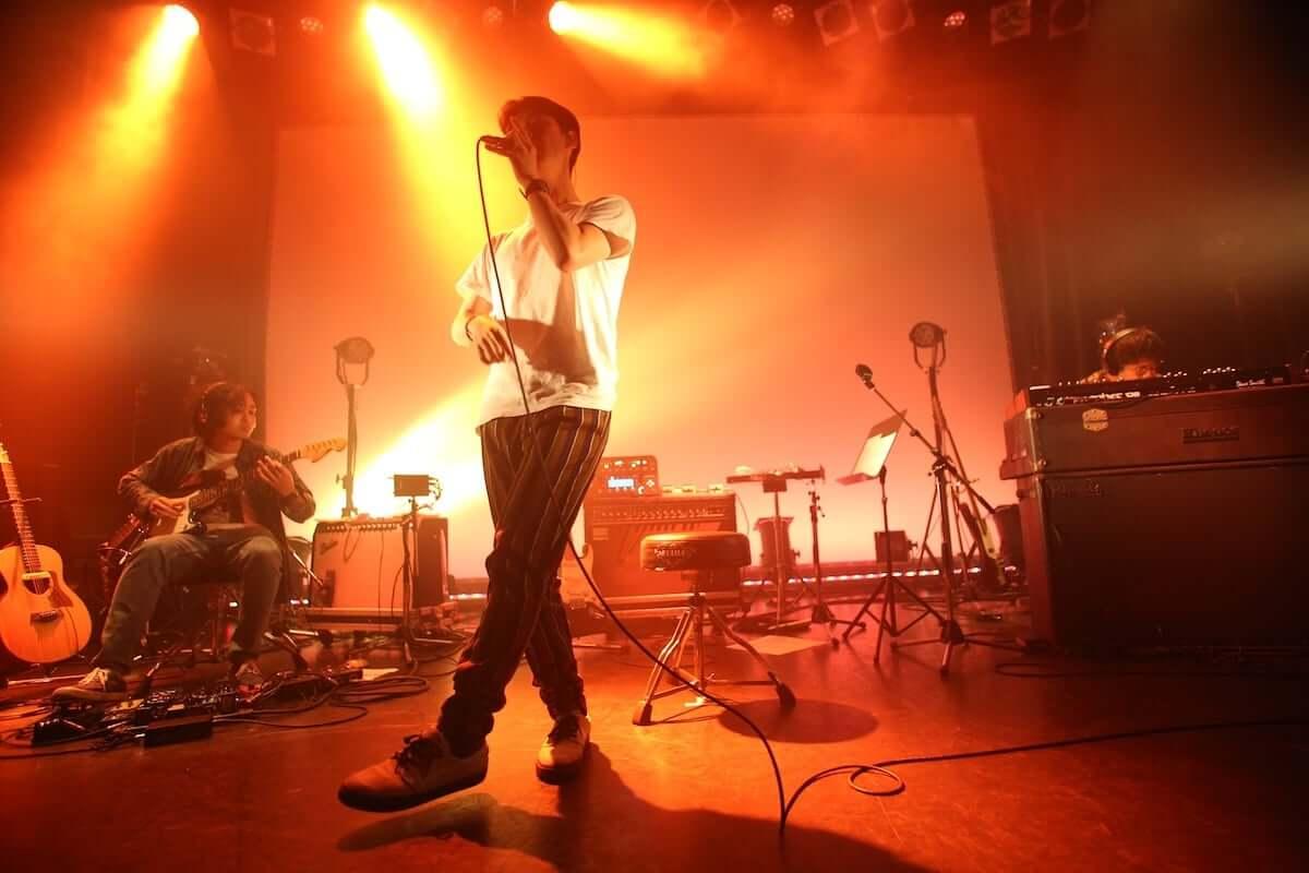 """小袋成彬がワンマンライブで魅せた音楽世界。""""分離派の夏""""は次の季節へ music181023_obukuronariaki_03-1200x800"""