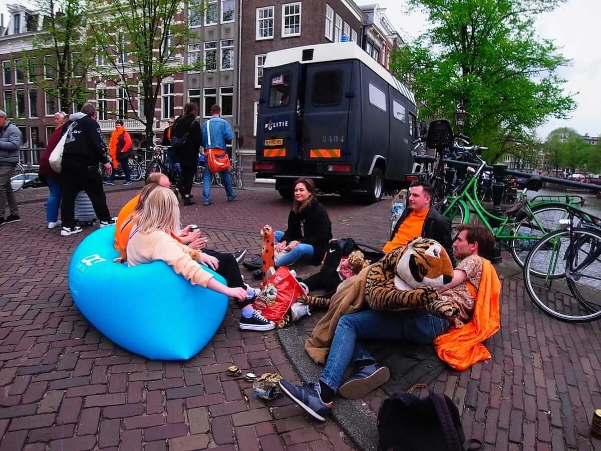 街中がオレンジに染まるアムステルダムのキングスデー。何やってもOKってどうゆうこと!? km-post73__1008816-1200x900