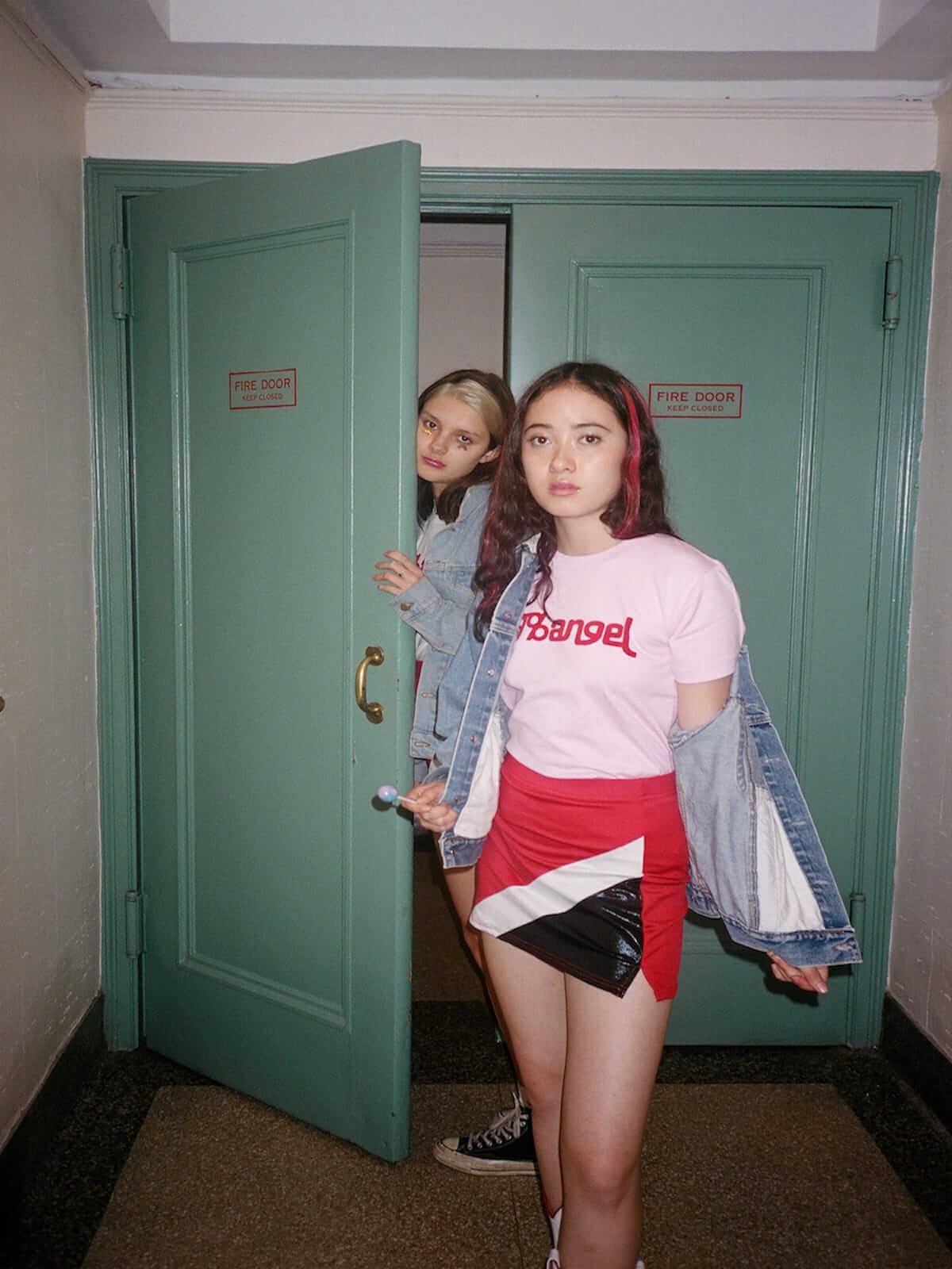 X-girl×ヴァナ・ヤングスタイン ガーリーなオリジナルプリントの入った初コラボTシャツが登場! lifefashion180619_X-girl_onitsuka_03-1200x1600