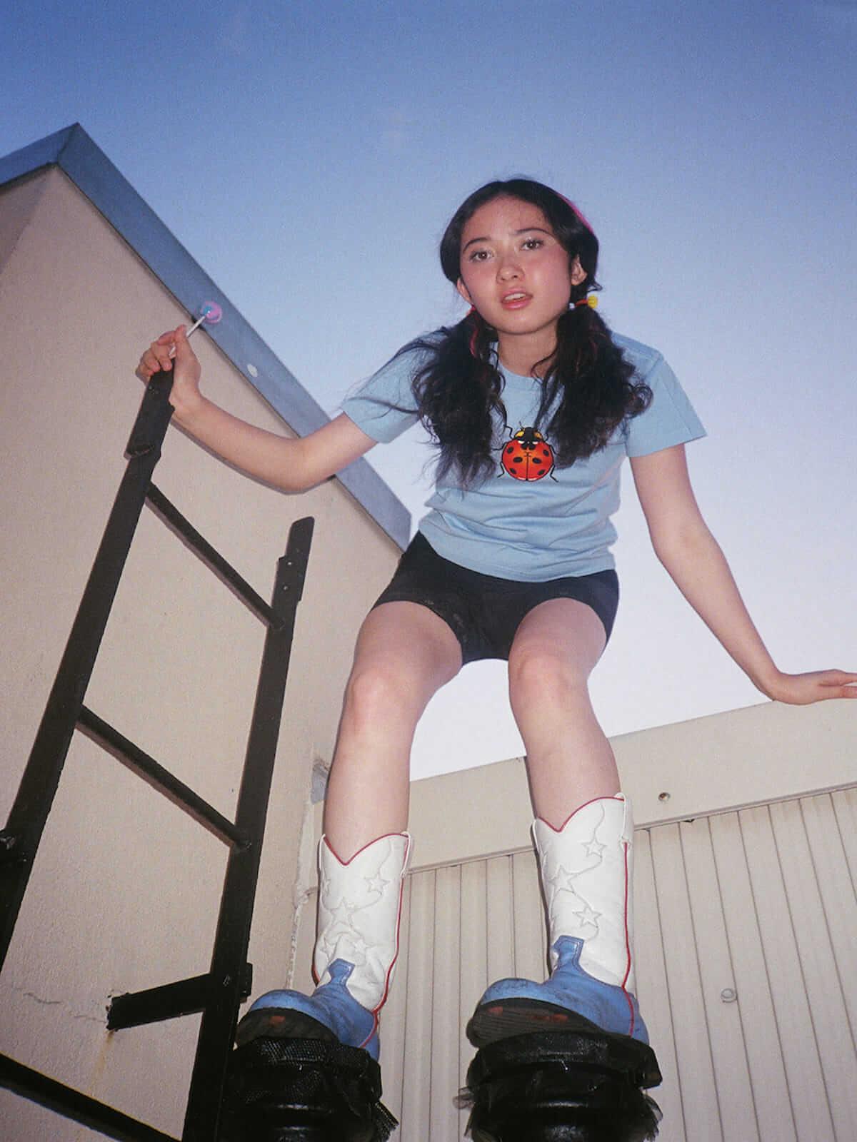 X-girl×ヴァナ・ヤングスタイン ガーリーなオリジナルプリントの入った初コラボTシャツが登場! lifefashion180619_X-girl_onitsuka_08-1200x1600