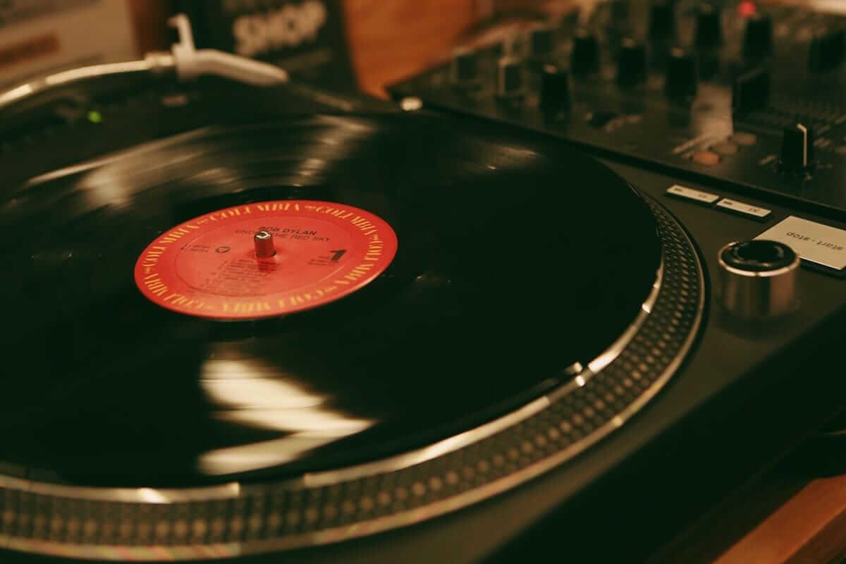 レコード初心者でも安心!FACE RECORDS&GENERAL RECORD STOREの店長が語るレコードの魅力と選び方 artculture180817_facerecords-generalstore_02-1200x800