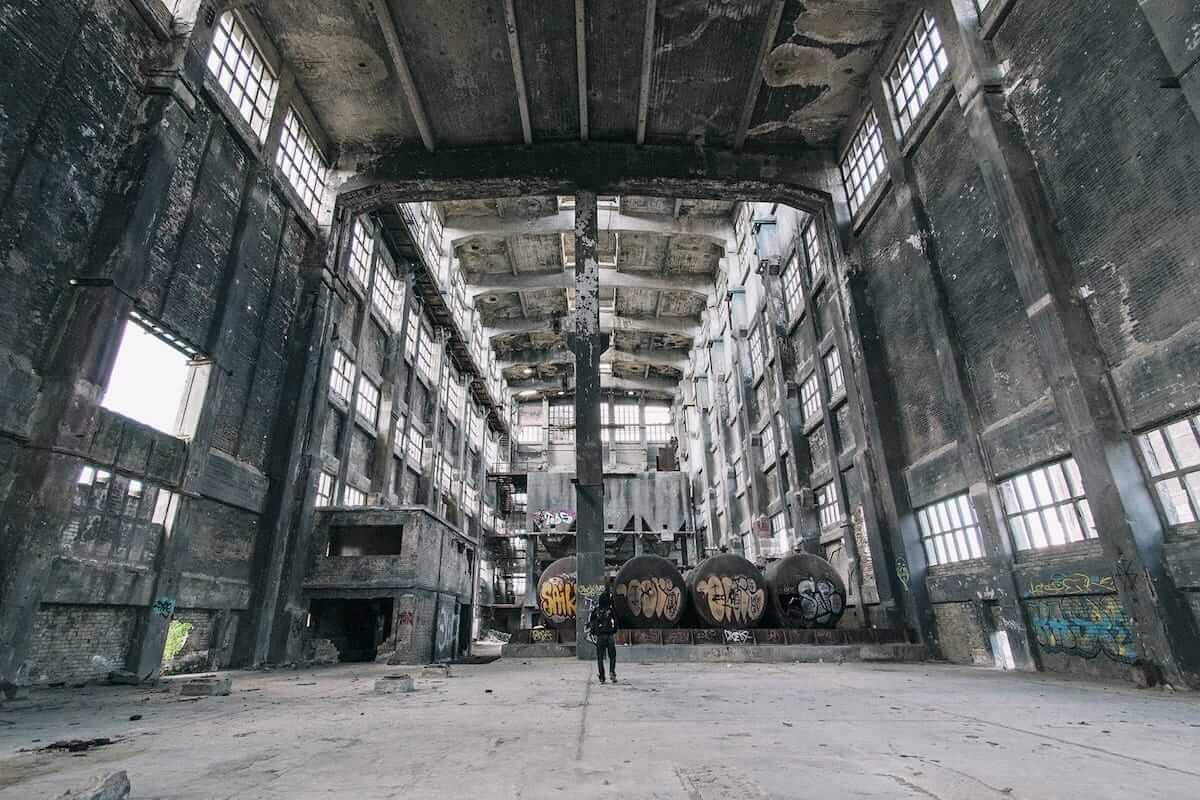 廃墟を撮り続けたベルリンの写真家にインタビュー。消えゆく世界の美しい廃墟に迫る! km-post72_top1-1200x800